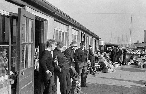Farmers hanging around the market, Annapolis, Maryland, 1937.jpg