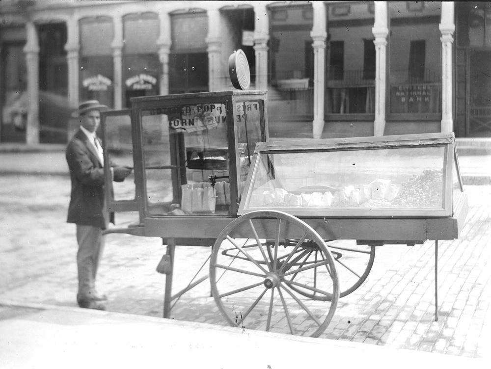Popcorn vendor at Paris, Illinois